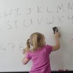 壁紙の落書きの消し方!色鉛筆から水性や油性の落とすコツと防止方法