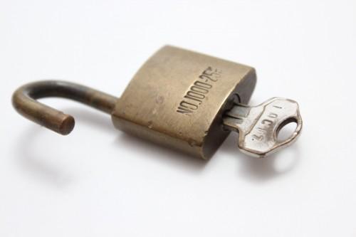 玄関の鍵の種類!リモコンや暗証番号は防犯に効果的