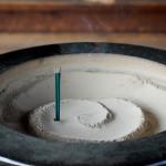 線香をあげる意味と折る方法や本数は?灰の処分と匂いの消し方